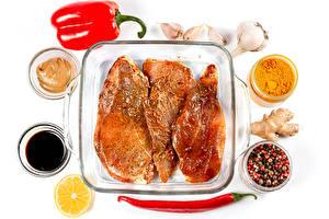 Фотография Мясные продукты Специи Перец овощной Чеснок Острый перец чили Перец чёрный Белый фон