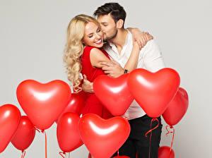 Обои для рабочего стола Мужчина Любовь Любовники Серый фон Воздушные шарики Сердце Блондинок Обнимаются Улыбка Целует 2 девушка
