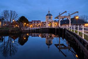 Картинки Нидерланды Вечер Дома Водный канал Уличные фонари Leiden