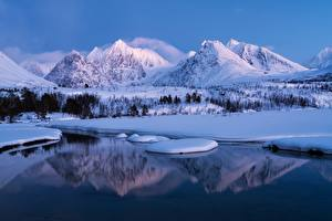 Картинка Норвегия Гора Зима Пейзаж Снег Девушки