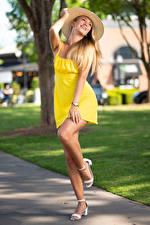 Картинка Olga Clevenger Блондинки Фотомодель Платья Ног Шляпе Позирует молодая женщина