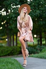 Фотографии Olga Clevenger Модель Блондинки Позирует Платье Шляпы Ног Девушки