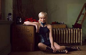 Фотографии Розы Блондинок Сидит Смотрят Ног Jess Wilcock девушка Цветы