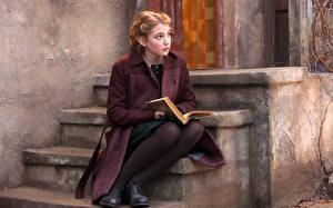 Фото Лестница Пальто Сидящие Книга Sophie Nelis, Canadian молодая женщина
