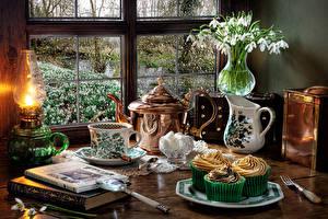 Обои для рабочего стола Натюрморт Керосиновая лампа Галантус Пирожное Чайник Вазы Кувшин Чашка Книги Еда