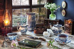 Фотографии Натюрморт Галантус Керосиновая лампа Торты Кувшин Чашке Книги Еда