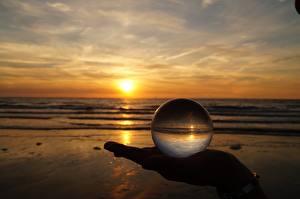 Картинка Рассвет и закат Пляж Руки Стекло Шар