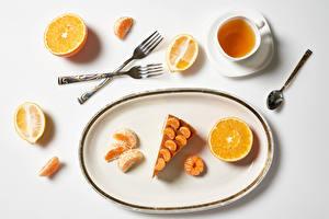 Обои Чай Пирожное Апельсин Мандарины Лимоны Белый фон Чашка Тарелка Вилка столовая Ложка Пища
