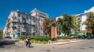 Обои для рабочего стола Украина Киев Дома Памятники Люди Города