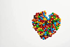 Картинка День святого Валентина Конфеты Драже Серый фон Сердце Шаблон поздравительной открытки Пища