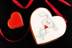 Обои для рабочего стола День всех влюблённых Печенье Кролики Черный фон Серце Дизайна Пища