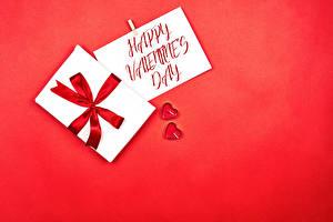 Фотография День святого Валентина Красном фоне Инглийские Слова Подарки Бантик Сердца Две
