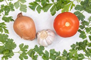 Фото Овощи Томаты Лук репчатый Чеснок Белый фон Продукты питания