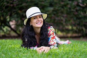 Фотографии Брюнетка Траве Лежит Улыбка Шляпа Смотрит Victoria Bel Девушки