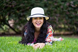 Обои Брюнетки Размытый фон Траве Лежачие Шляпы Взгляд Улыбка Victoria Bell молодые женщины