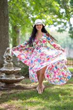 Фото Брюнетка Улыбка Платья Шляпы Victoria Bell молодые женщины