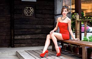 Фотографии Азиатки Скамейка Сидящие Очки Платье Рука Ноги Туфли девушка