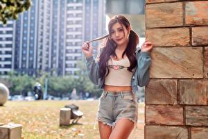 Фотография Азиатки Боке Шортах Куртке Смотрит молодые женщины