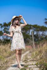 Фото Азиатка Платье Шляпа молодая женщина