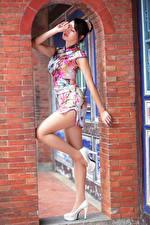 Фотографии Азиатки Позирует Платье Ноги Туфель девушка