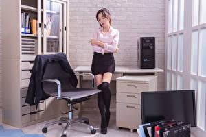Картинки Азиаты Секретарша Офис Кресло Ног Юбки Пиджак Блузка молодые женщины