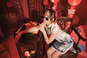 Фотография Азиатки Сидя Платье Очках Взгляд Девушки