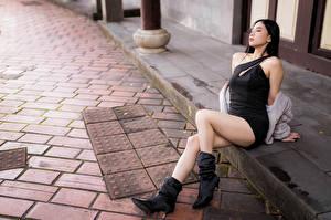 Фотография Азиаты Сидя Платья Ноги Сапоги девушка