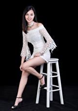 Фото Азиатки Улыбка Ноги Платье Позирует Смотрит На черном фоне Девушки