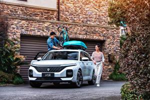 Фотографии Baojun Азиатка Универсал Белая Металлик Китайские Valli, 2021 авто Девушки