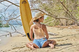 Картинки Пляже Ветки Песка Сидящие Сзади Спина Шорт Ног Ягодицы