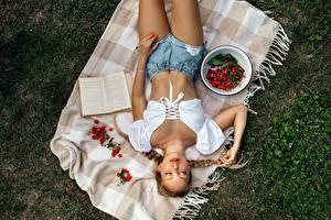 Фото Ягоды Траве Сверху Книга Миска Лежат Коса Шортах Рука девушка