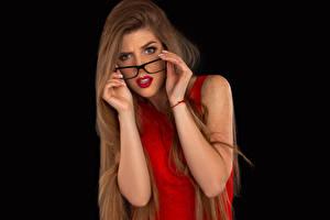 Фотография Черный фон Шатенка Смотрит Волос Очков Рука Красные губы молодые женщины