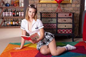 Обои Блондинок Сидит Книги Рука Юбки Ног молодые женщины