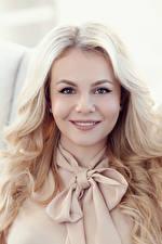 Фотографии Блондинка Улыбается Смотрят Волосы Лицо девушка
