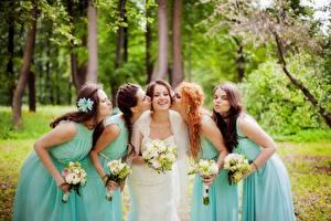 Картинки Букеты Свадьба Невесты Улыбка Целование Рука Платья Рыжая Шатенка молодые женщины