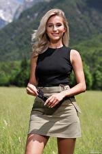 Фотографии Cara Mell Улыбается Юбке Майки Взгляд Блондинка молодые женщины