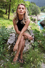 Картинки Cara Mell Камни Блондинки Сидит Руки Смотрят молодые женщины