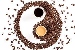 Фотография Кофе Капучино Инь-Янь Белом фоне 2 Чашка Зерно Продукты питания