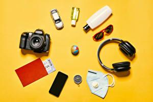 Фото Коронавирус Маски Цветной фон Фотокамера В наушниках Очков Глобус Смартфон Бутылка Туризм