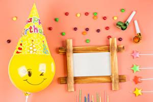 Фотография Драже День рождения Свечи Цветной фон Шаблон поздравительной открытки Лист бумаги Воздушным шариком Еда