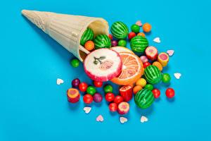 Фотография Драже Конфеты Леденцы Цветной фон Вафельный рожок Сердечко Разноцветные Продукты питания
