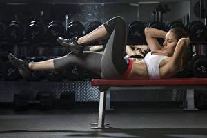 Обои Фитнес Скамья Униформа Лежачие Тренировка Рука Ноги молодые женщины Спорт