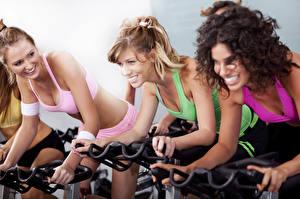 Фото Фитнес Кудрявые Втроем Блондинок Улыбка Тренировка молодые женщины