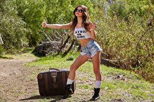 Картинка Жест Рука Шатенки Очки Поза Чемодан Шорты Ноги hitchhiking девушка