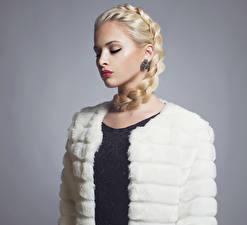 Картинка Сером фоне Блондинка Коса Красными губами Серьги молодые женщины