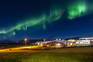 Фото Исландия Дома Северное сияние Ночь Уличные фонари Природа