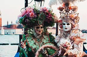 Фотографии Италия Маски Карнавал и маскарад Венеция Двое Шляпе