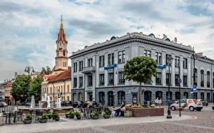 Обои для рабочего стола Литва Вильнюс Дома Церковь Люди Фонтан Городская площадь St Nicholas' Church Города