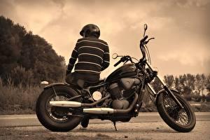 Обои для рабочего стола Мужчины Мотоциклист Вид сзади Черно белое Сидя Спина Шлем