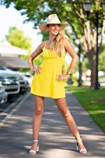 Картинки Olga Clevenger Блондинка Поза Платье Шляпа Ноги Размытый фон девушка